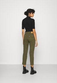 Levi's® - 724 HR STR CROP UTILITY - Pantalones - olive night - 2