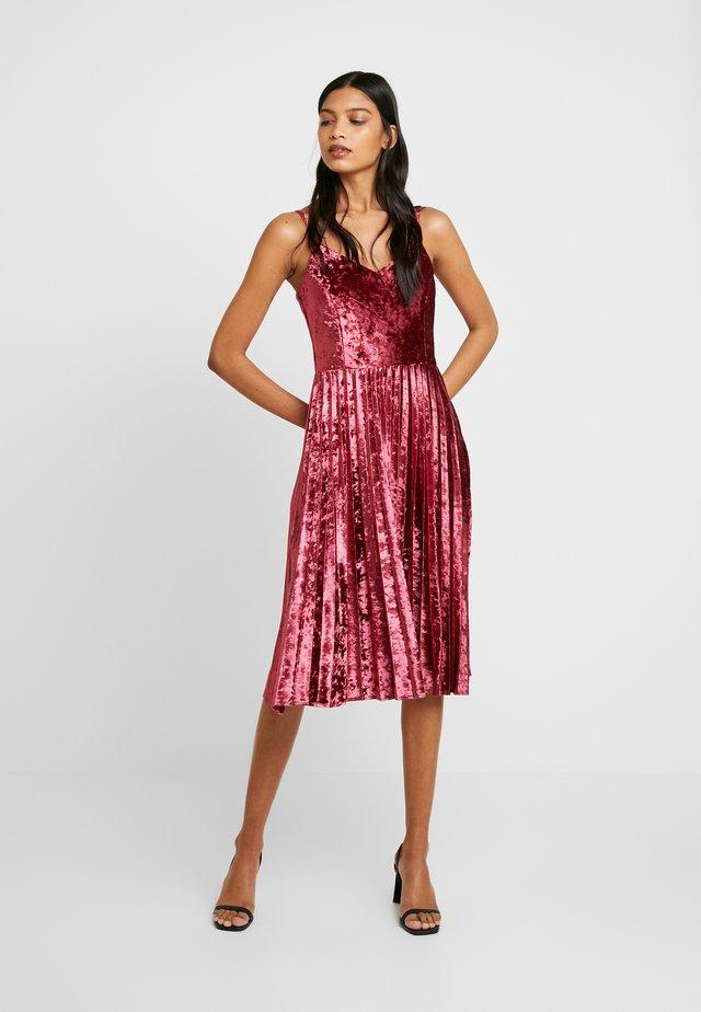CRUSHED VELVET PLEATED MIDI DRESS - Koktejlové šaty/ šaty na párty - oxblood