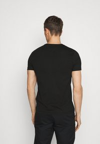 Tommy Hilfiger - SMALL LOGO TEE - T-shirt con stampa - black - 2