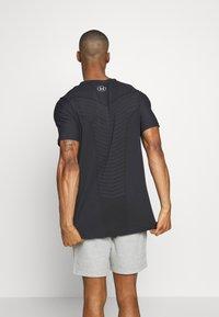 Under Armour - SEAMLESS WAVE - T-shirt imprimé - black/mod gray - 2