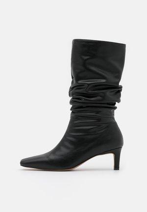 LOOSE EXTENDED SQUARED TOE BOOTS - Kozaki - black