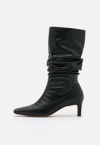 LOOSE EXTENDED SQUARED TOE BOOTS