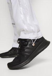 adidas Performance - AEROREADY SPORTS BASKETBALL PANTS - Pantalones deportivos - white - 3