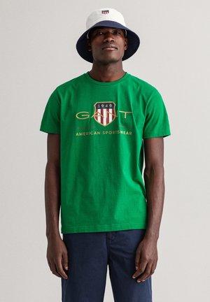 ARCHIVE SHIELD - Print T-shirt - lavish green