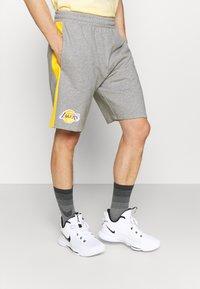 New Era - LOS ANGELES LAKERS NBA SIDE PANEL SHORT - Club wear - grey - 0