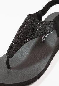 Skechers - MEDITATION - ROCK CROWN - Sandály s odděleným palcem - black - 2