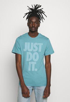JDI WASH TEE - Print T-shirt - cerulean