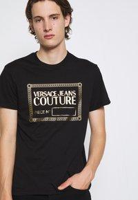 Versace Jeans Couture - T-shirt imprimé - nero/oro - 6