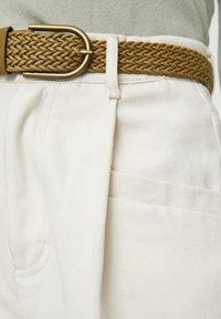 PULL&BEAR - BEIGEFARBENE BUNDFALTENHOSE MIT GÜRTEL 05670306 - Pantalon classique - mottled light brown - 5