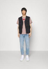 HUGO - DIRAGOLINO - Basic T-shirt - light/pastel brown - 1