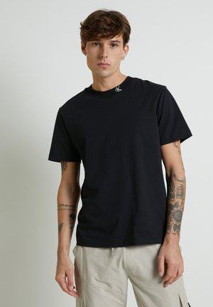 MONOGRAM TEE UNISEX - Camiseta estampada - black
