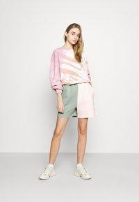 Missguided - RAW HEM COLOUR BLOCK RUNNER SHORTS - Shorts - sage - 1