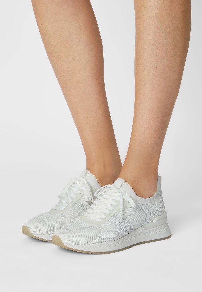 Tamaris Fashletics - Sneakers laag - white/silver