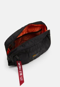 Alpha Industries - CREW TRAVEL BAG UNISEX - Wash bag - black - 2