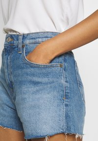 Tommy Jeans - HOTPANTS - Farkkushortsit - blue Denim - 4