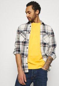 Levi's® - VINTAGE TEE - T-shirt basic - kumquat garment dye - 3