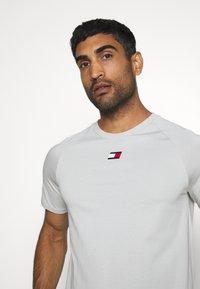 Tommy Hilfiger - CHEST LOGO - T-shirt - bas - grey - 3