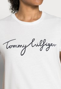 Tommy Hilfiger - HERITAGE CREW NECK GRAPHIC TEE - T-shirt z nadrukiem - classic white - 4