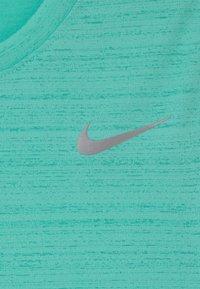 Nike Performance - MILER - Basic T-shirt - tropical twist - 2