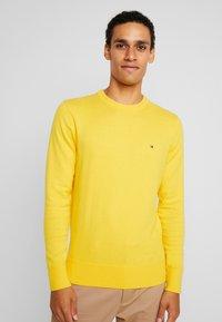 Tommy Hilfiger - PIMA CREW NECK - Stickad tröja - yellow - 0