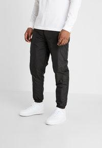 New Era - COLOUR BLOCK TRACK PANT - Teplákové kalhoty - black/true purple/optic white - 0
