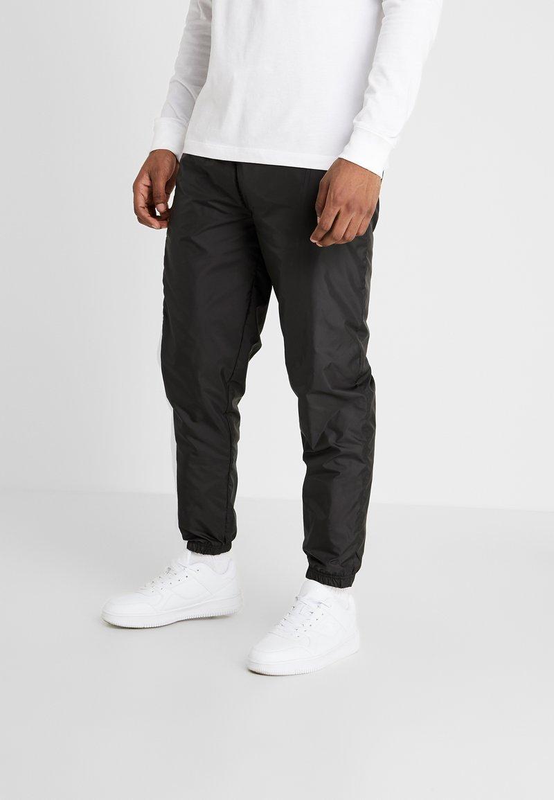 New Era - COLOUR BLOCK TRACK PANT - Teplákové kalhoty - black/true purple/optic white