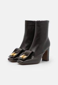 L'Autre Chose - BOOT ZIP - Ankelboots med høye hæler - dark brown - 2