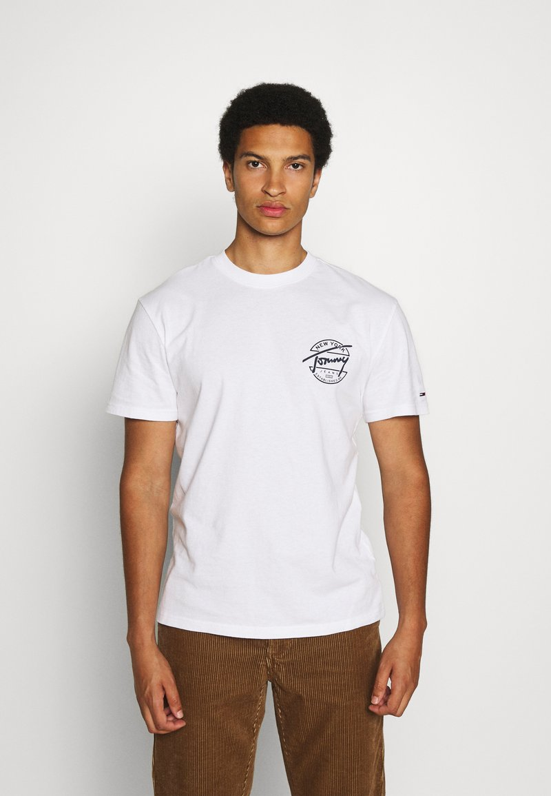 Tommy Jeans - ROUND BACK LOGO TEE - T-shirts print - white