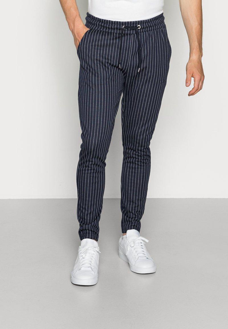 CLOSURE London - PIN STRIPE - Teplákové kalhoty - navy