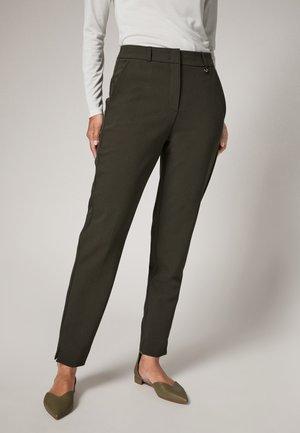 MIT HERRINGBONE-MUSTER - Trousers - pesto