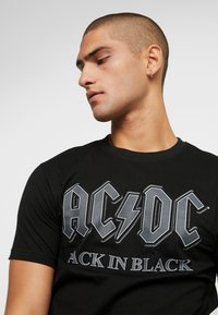 Mister Tee - ACDC BACK IN BLACK TEE - T-shirt med print - black - 4
