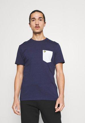 CONTRAST POCKET  - T-shirt med print - navy/ white