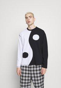 Jaded London - CUT AND SEW YIN AND YANG - Camiseta de manga larga - black/white - 0