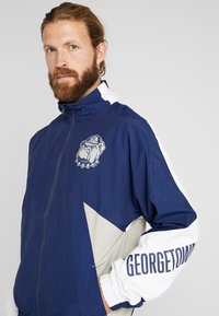 Mitchell & Ness - GEORGETOWN MID SEASON  - Veste coupe-vent - navy/sand - 4
