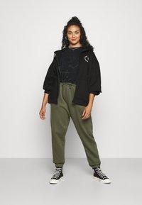 Missguided Plus - GRAPHIC ZIP THRU HOODIE - Zip-up sweatshirt - black - 1
