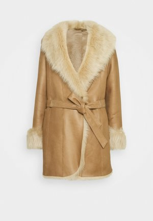 AMELIE SHEARLING COAT - Abrigo - camel/light camel