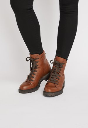 TAN CHUNKY LACE UP ANKLE BOOTS - Lace-up ankle boots - brown