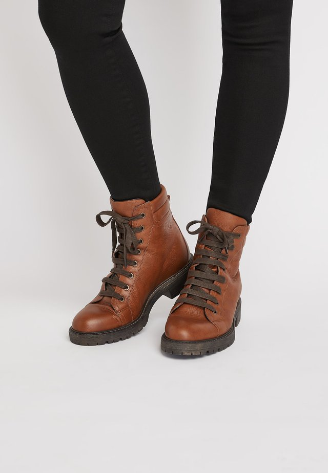 TAN CHUNKY LACE UP ANKLE BOOTS - Nauhalliset nilkkurit - brown