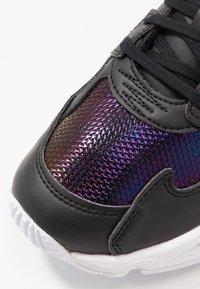 adidas Originals - Sneakersy niskie - core black/footwear white/mystery ruby - 2