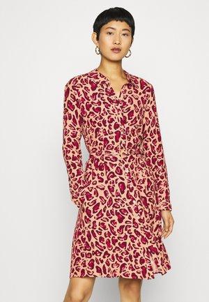 HAYLEY DRESS - Košilové šaty - oatmeal/parrot purple