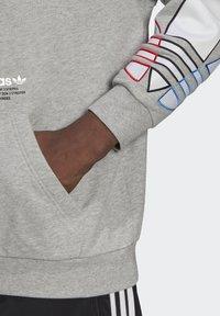 adidas Originals - ADICOLOR TRICOLOR TREFOIL HOODIE UNISEX - Luvtröja - mgreyh - 5