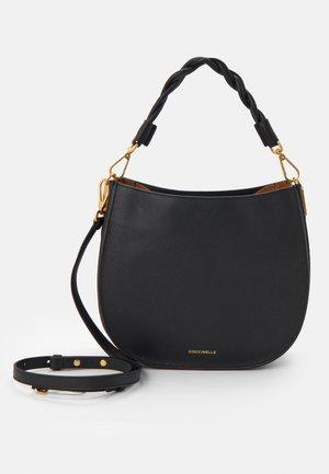 ARPEGE CROSSBODY BAG - Håndtasker - noir/caramel