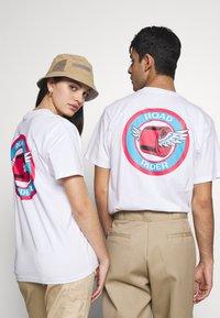 Santa Cruz - UNISEX ROAD RIDER - T-shirt imprimé - white - 2