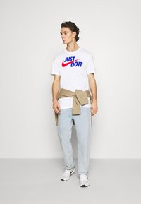 Nike Sportswear - TEE JUST DO IT - Camiseta estampada - white/game royal/university red - 1