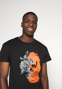 Jack & Jones PREMIUM - JPRBLAMERGE TEE CREW NECK - Print T-shirt - black - 3