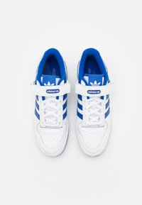 adidas Originals - FORUM LOW UNISEX - Sneakers - footwear white/team royal blue - 3