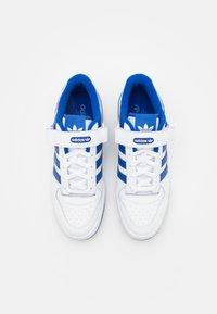 adidas Originals - FORUM LOW UNISEX - Sneakers basse - footwear white/team royal blue - 5