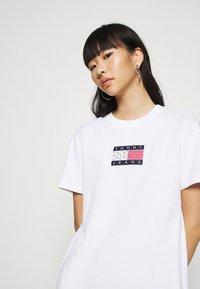 Tommy Jeans - LOGO TEE DRESS - Sukienka sportowa - white - 4