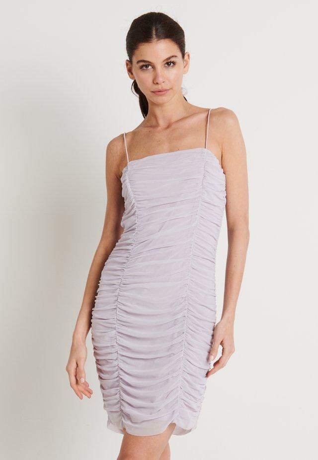 ZALANDO X NA-KD GATHERED BANDEAU DRESS - Denní šaty - dusty lilac