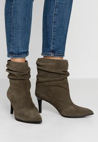 Paco Gil - CLAIRE - Classic ankle boots - dehesa - 0